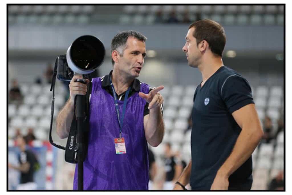 Stéphane Pillaud en plein échange avec Michaël Guigou. Les Handballeurs sont très accessibles d'après le photographe.